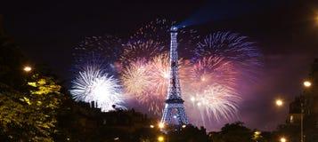 Priorità bassa della Torre Eiffel in fuochi d'artificio Fotografia Stock