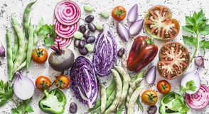 Priorità bassa della verdura fresca Cavolo, barbabietole, fagiolini, pomodori, peperoni su un fondo leggero, vista superiore Disp fotografia stock libera da diritti