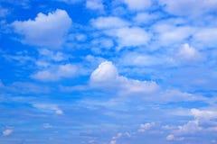 Priorità bassa delle nubi e del cielo blu fotografie stock libere da diritti