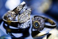Priorità bassa delle pietre preziose e dell'anello fotografie stock libere da diritti