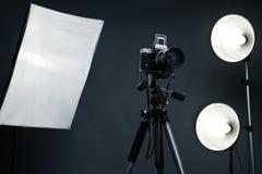 Priorità bassa dello studio con gli accessori chiari Fotografia Stock Libera da Diritti