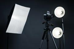 Priorità bassa dello studio con gli accessori chiari Fotografia Stock