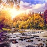 Priorità bassa di autunno paesaggio meraviglioso di autunno sopra il fiume della montagna Fotografia Stock