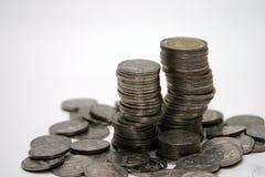 Priorità bassa di bianco della pila della moneta immagine stock