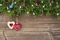 Priorità bassa di natale Albero di abete di Natale con i cuori di Natale su vecchio fondo di legno Fotografia Stock Libera da Diritti