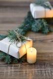Priorità bassa di natale albero di abete decorato, regali, candele, Bokeh festivo Scintillio dell'oro, neve che cade, fiocchi di  Fotografia Stock