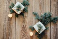 Priorità bassa di natale albero di abete decorato, regali, candele, Bokeh festivo Scintillio dell'oro, neve che cade, fiocchi di  Immagini Stock Libere da Diritti
