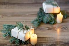 Priorità bassa di natale albero di abete decorato, regali, candele, Bokeh festivo Scintillio dell'oro, neve che cade, fiocchi di  Fotografie Stock