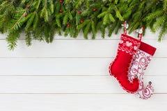 Priorità bassa di natale Albero di abete di Natale, calzini rossi di Natale su fondo di legno bianco Copi lo spazio Fotografia Stock