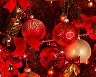 Priorità bassa di natale con l'albero rosso. fotografia stock