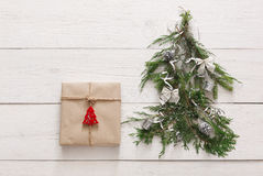 Priorità bassa di natale Contenitore di regalo ed albero di abete a legno bianco Fotografia Stock