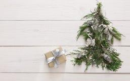 Priorità bassa di natale Contenitore di regalo ed albero di abete a legno bianco Immagini Stock Libere da Diritti
