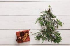 Priorità bassa di natale Contenitore di regalo ed albero di abete a legno bianco Fotografie Stock