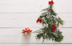 Priorità bassa di natale Contenitori di regalo sull'albero di abete a legno bianco Fotografia Stock