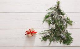 Priorità bassa di natale Contenitori di regalo sull'albero di abete a legno bianco Fotografia Stock Libera da Diritti