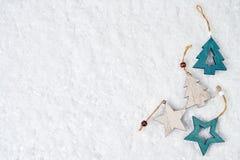 Priorità bassa di natale Decorazione dell'albero di Natale sul fondo bianco della neve Il Babbo Natale su una slitta Immagini Stock Libere da Diritti