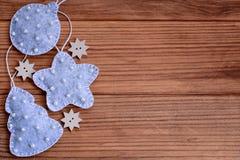 Priorità bassa di natale Il Babbo Natale su una slitta Ornamenti di Natale su un fondo di legno marrone con lo spazio della copia Immagini Stock