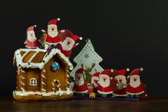 Priorità bassa di natale Mazzo di giocattolo Santa sulla casa di pan di zenzero a fotografia stock libera da diritti