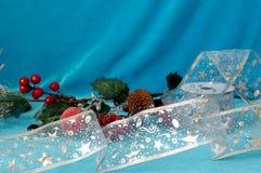 Priorità bassa di natale o di nuovo anno Ramo con i coni, berrie del pino fotografie stock libere da diritti