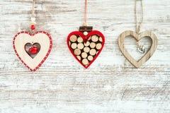 Priorità bassa di natale Tre cuori di Natale su fondo di legno Immagini Stock