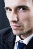 Priorità bassa di oscurità dello studio del ritratto del modello del fronte dell'uomo Fotografie Stock Libere da Diritti