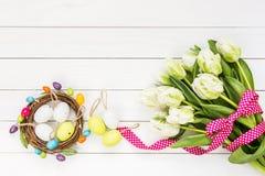 Priorità bassa di Pasqua Tulipani bianchi ed uova di Pasqua decorative Immagini Stock Libere da Diritti