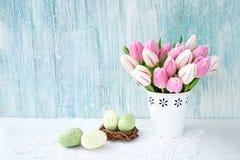 Priorità bassa di Pasqua Uova di Pasqua decorative e tulipani rosa in vaso bianco Copi lo spazio Immagini Stock Libere da Diritti