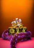 Priorità bassa dorata dell'arancio del contenitore di regalo di Cristmas Fotografie Stock