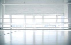 Priorità bassa industriale con le finestre ed il pavimento bianco fotografia stock libera da diritti