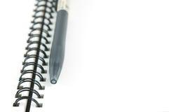 Priorità bassa isolata bianca della penna aperta del libro Immagini Stock Libere da Diritti
