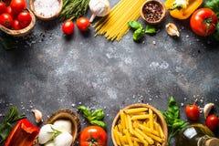 Priorità bassa italiana dell'alimento Pasta, erbe, verdure sul principale nero v immagini stock libere da diritti