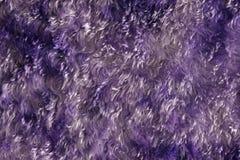 Priorità bassa materiale simile a pelliccia viola fotografie stock libere da diritti