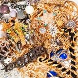 Priorità bassa nera dei monili del tessuto dell'argento e dell'oro Gioielli di lusso di modo da Immagine Stock