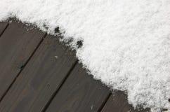 Priorità bassa: neve sulla piattaforma di legno fotografia stock