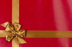 Priorità bassa rossa del regalo con il nastro dell'oro Fotografia Stock