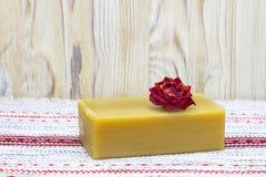 Priorità bassa rustica Asciughi il fiore rosa ed il sapone organico fatto a mano naturale dell'olio d'oliva sulla tavola di legno Fotografia Stock Libera da Diritti