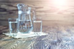Priorità bassa rustica Tavola d'annata e bicchieri d'acqua Fotografia Stock Libera da Diritti