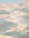Priorità bassa tropicale bianca della sabbia della sfuocatura Immagini Stock Libere da Diritti