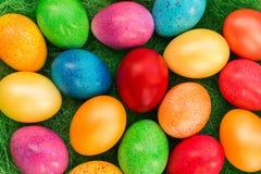 Priorità bassa variopinta delle uova di Pasqua fotografie stock libere da diritti