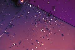 Priorità bassa variopinta di Pasqua Coriandoli dorati sugli strati colorati Uovo dorato di Pasqua su superficie Vista superiore d immagini stock libere da diritti