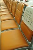 Prioritäts-Sitzplätze im Flughafen Stockbild