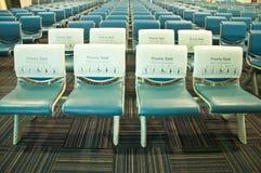 Prioritäts-Sitzplätze im Flughafen, ThaiLanguage Stockfotos