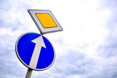 Prioritätsverkehr oder Verkehrsschild Stockbilder