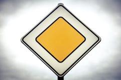 Prioritätsverkehr oder Verkehrsschild Stockfotos