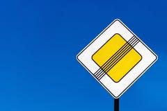 PrioritätsVerkehrszeichen auf Straßen lizenzfreie stockfotos