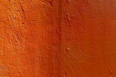 Priorit? bassa astratta vaga La struttura di una superficie ruvida concreta dipinta con le crepe e le ammaccature dell'arancia co immagini stock libere da diritti