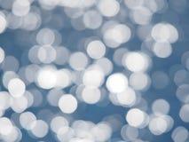 Priorità bassa blu dell'indicatore luminoso dell'estratto del bokeh Luci vaghe su fondo blu Colore filtrato Fotografia Stock