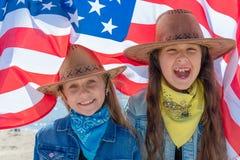 Priorit? bassa del grunge di indipendenza Day Bambini felici, due ragazze sveglie con la bandiera americana U.S.A. celebra il qua fotografie stock