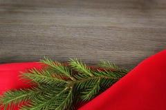 Priorit? bassa della cartolina di Natale Festa di nuovo anno Di natale vita ancora Spazio libero per testo Rami verdi del pino su immagine stock libera da diritti