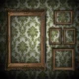 Priorità bassa della parete dell'annata con il blocco per grafici vuoto dell'oro Fotografia Stock